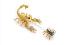 Spilla The Battle, con uno scorpione con due diamanti gialli e un ragno con una perla australiana