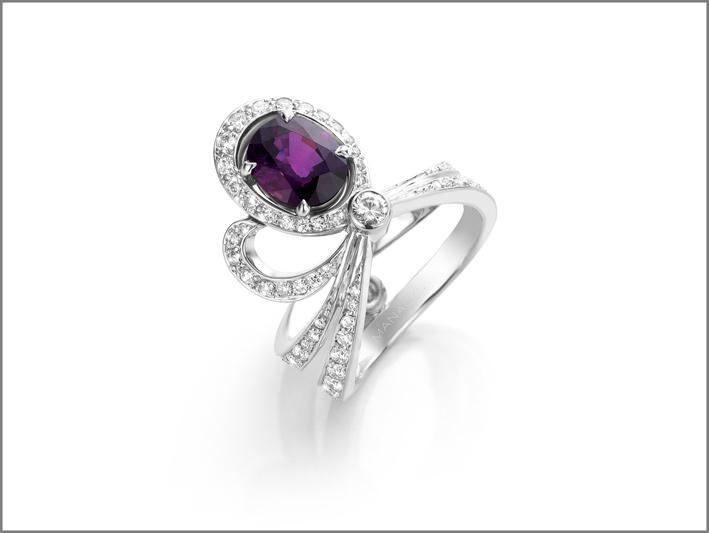 Anello in oro bianco, zaffiro viola, diamanti