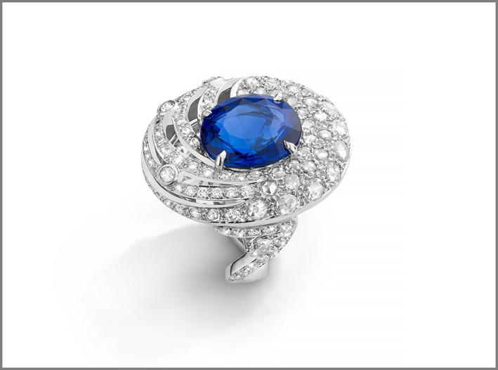 Anello in oro bianco, zaffiro blu, diamanti bianchi