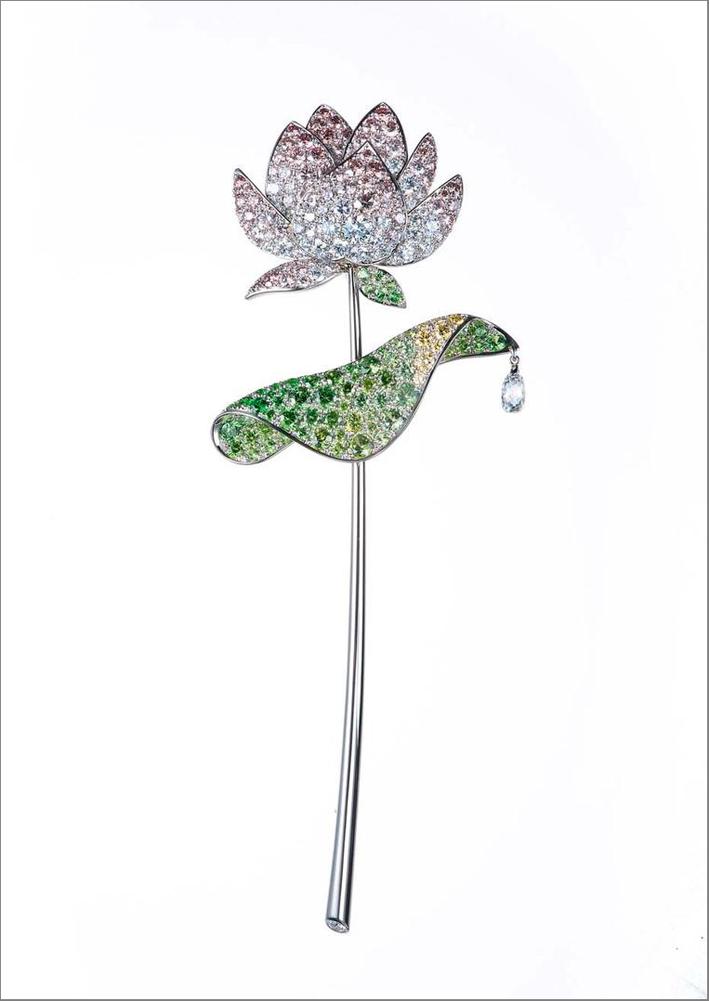 Spilla Lotus, in platino con una fiore con petali di diamanti rosa e incolore, con la centro un granato demantoide dal taglio circolare e foglie di diamanti gialli