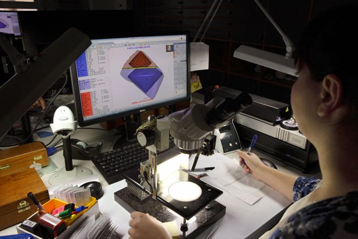 Analisi in un laboratorio Tiffany