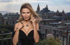 La modella russa Victoria Bonya con la collezione Black Orchid