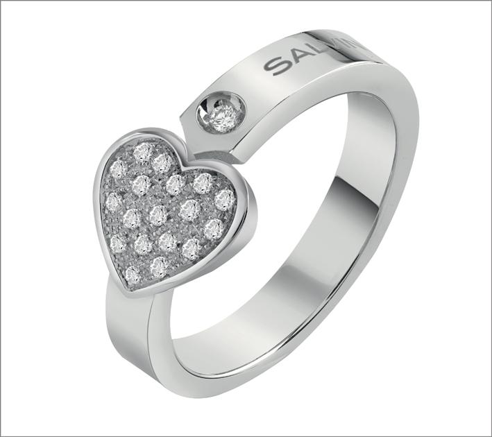 Anello in oro bianco con segno a forma di cuore impreziosito dal full pavé di diamanti