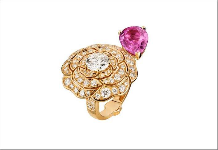 Anello in oro rosa e diamanti con zaffiro rosa intenso