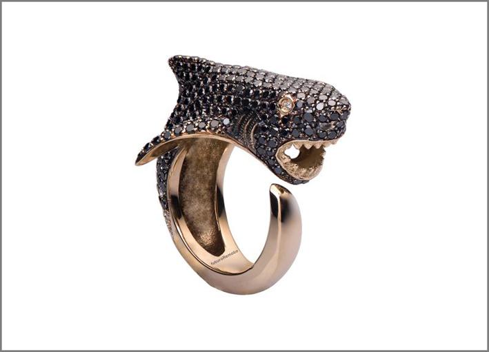 Anello squalo in oro 18 carati e diamanti bianchi e neri
