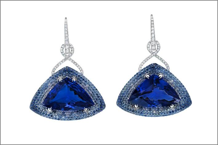 Orecchini con tanzanite, platino, microset di zaffiri blu e diamanti