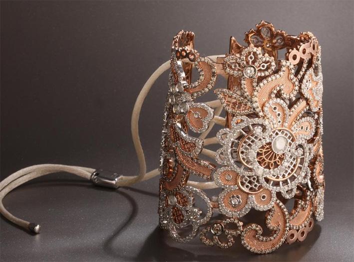 Bracciale con laccio in oro, diamanti bianchi e brown, filo di seta