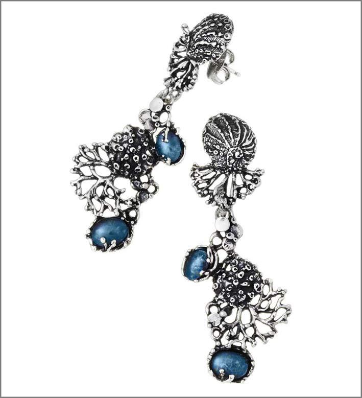 Orecchini in argento, opali, cristallo di rocca della collezione Nautilus