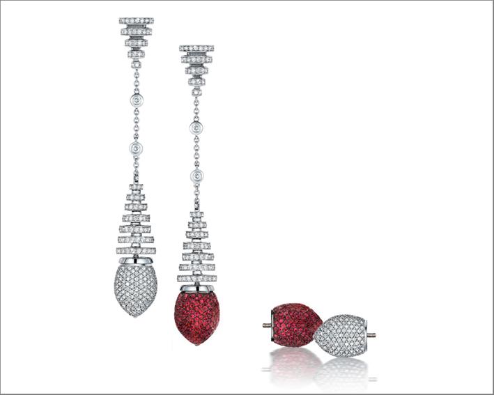 Orecchini pendente in oro bianco, diamanti e rubini. La parte finale si può staccare per rendere il gioiello meno impegnativo
