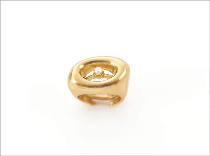 Anello ispirato a Moore in bronzo dorato e perla