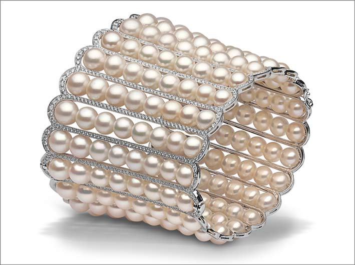 8 x 6.5mm Akoya pearls, 4.38cts diamonds, set in 18ct white gold. Price on application