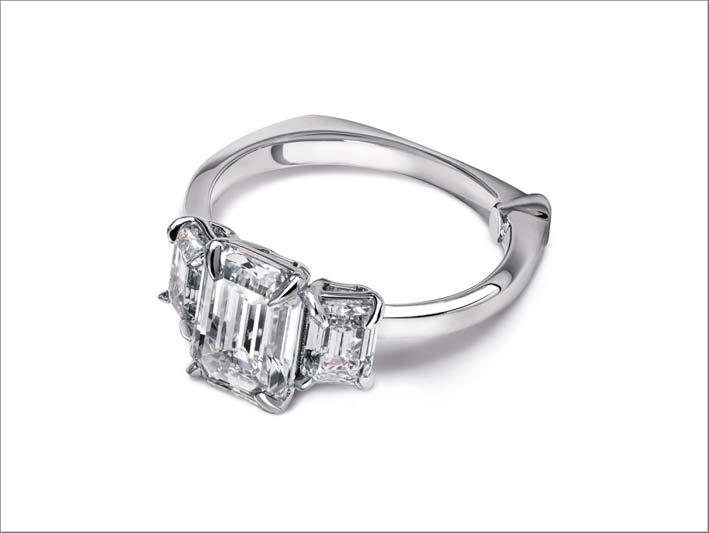 Anello Tyche in oro bianco e diamante sintetico taglio smeraldo