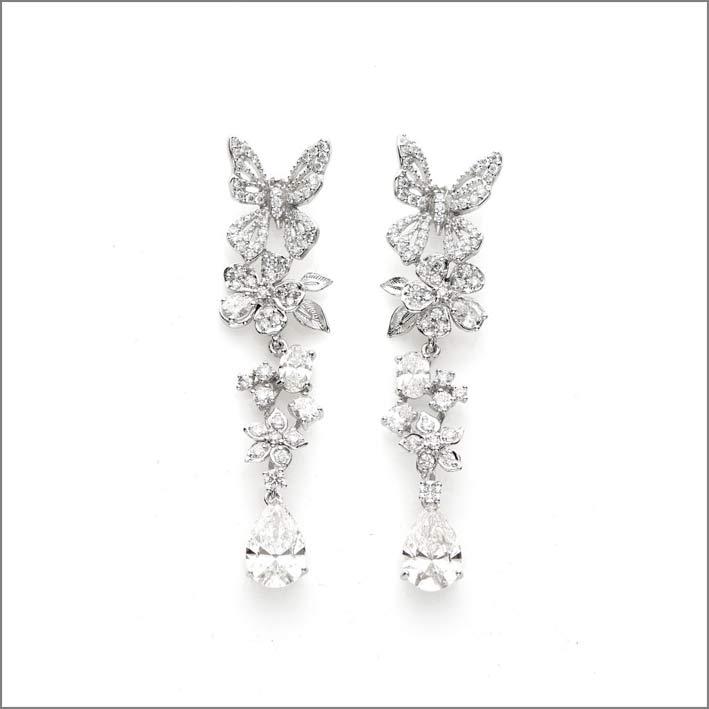 Gli orecchini Diamond Vine sono in oro bianco 18k Fairtrade, incastonati con 144 diamanti Diamond Foundry, per 6,88 carati