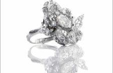 Anello ispirato alle fioriture eterne e alle farfalle danzanti del poetico Giardino Inglese. Lavorato a mano in oro bianco 18k Fairtrade, con 184 diamanti da laboratorio Diamond Foundry, per 6,84 carati