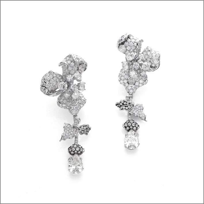 Ispirati alle forme poetiche scultoree di orchidee e magnolie, gli orecchini sono realizzati a mano in oro bianco 18 carati Fairtrade, con 349 diamanti da laboratorio per 15,39 carati