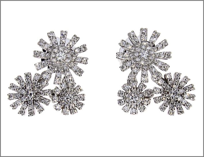 Orecchini pezzi unici della collezione Margherita di Damiani in oro bianco e diamanti