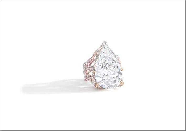 Anello con diamante a pera di 20 carati