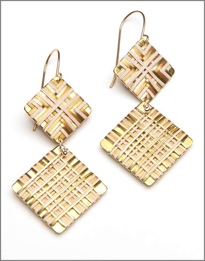 Orecchni con filo smaltato intrecciati con filo d'oro e bianco