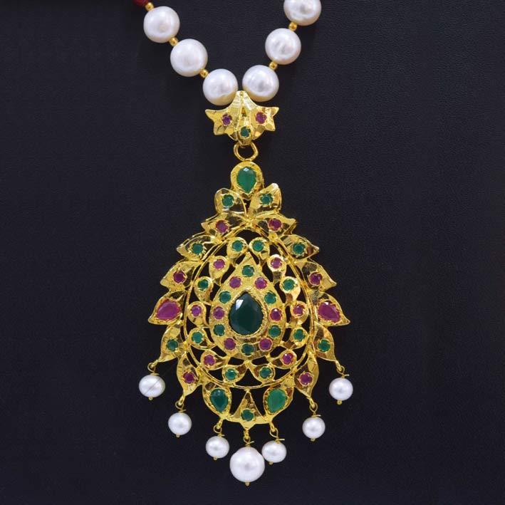 Pendente del tesoro Nizam in oro, rubini e smeraldi