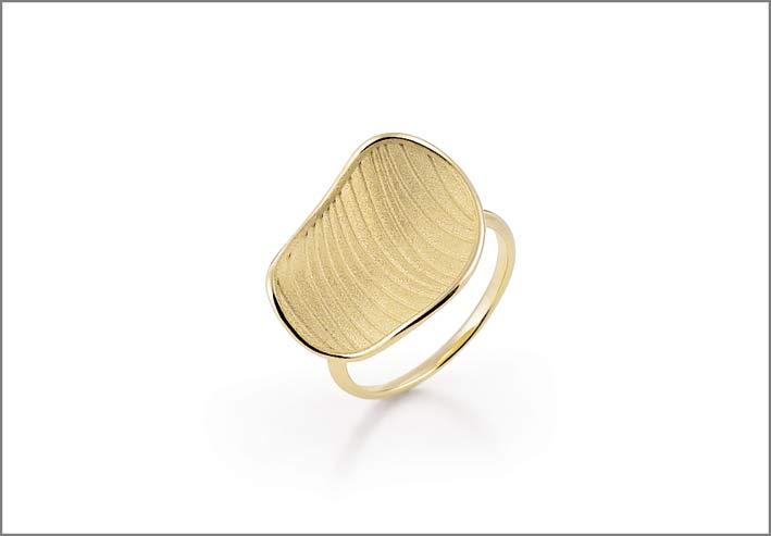 Annamaria Cammilli, anello in oro giallo della collezione Velvet