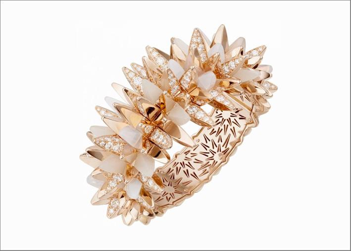 Anello in oro rosa, diamanti, quarzo milky della collezione Les Galaxies de Cartier