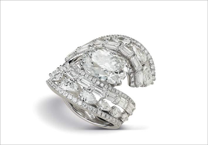 Anello con al centro un diamante taglio ovale