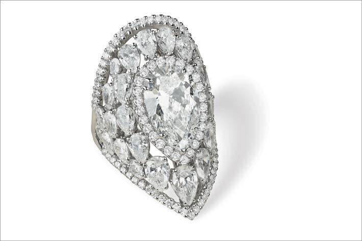 Anello con al centro un diamante taglio a pera