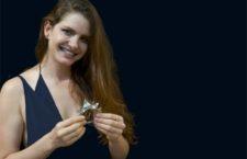 Bia Tambelli con il bracciale Trinity in oro 18k, diamanti brown, cristalli di rocca, quarzi citrini. Copyright: gioiellis.com