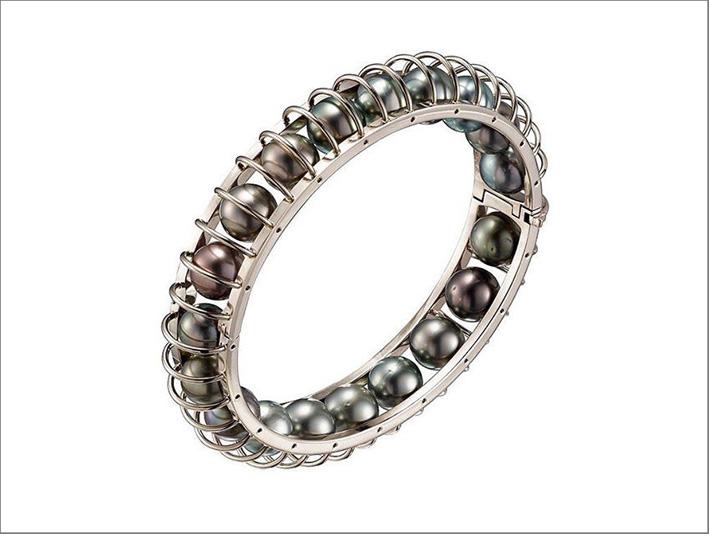Cartier, bracciale in oro bianco con perle nere di Tahiti