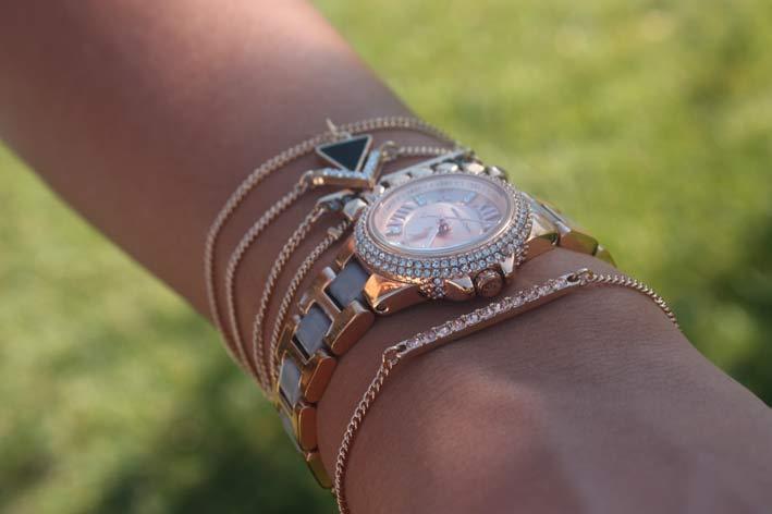 Bracciali e orologio impilati