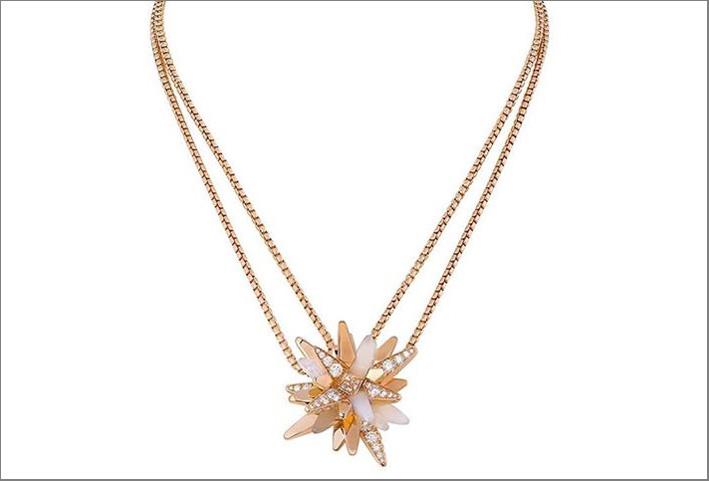 Collier in oro rosa, diamanti, quarzo milky della collezione Les Galaxies de Cartier
