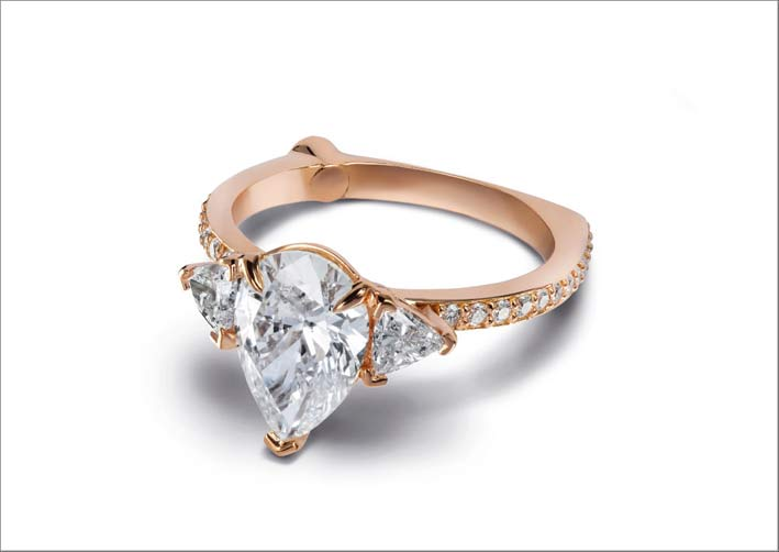 Anello in oro rosa con diamante taglio pera e due diamanti a taglio triangolare