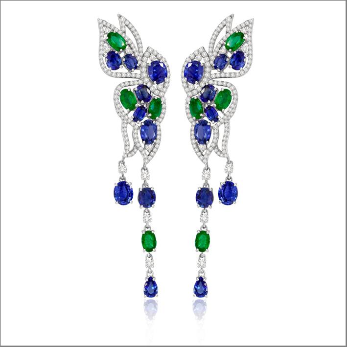 Orecchini in oro bianco, diamanti, smeraldi e zaffiri
