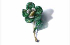 Spilla Greenovia, con crisoberillo occhio di gatto da 105 carati, titanio, oro bianco e giallo 18 carati, argento, diamanti, smeraldi, granato demantoide, tsavorite, alessandrite e zaffiro verde
