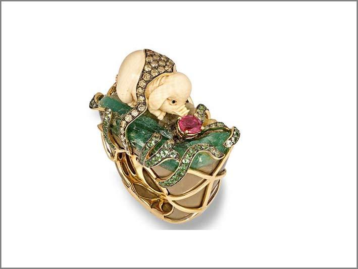 Pendente di Wendy Yue: maiale intagliato in white jet (materiale fossile), su uno smeraldo grezzo e un rubino taglio cuscino, oro, diamanti