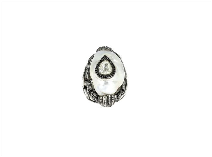 Anello in oro 24 carati, argento, perla barocca, diamante