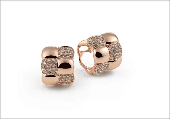 Orecchini in oro e pavé di diamanti della collezione La Piazza
