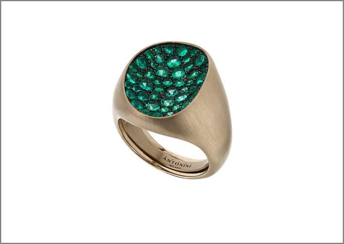 Anello Mosaic in oro satinato e smeraldi