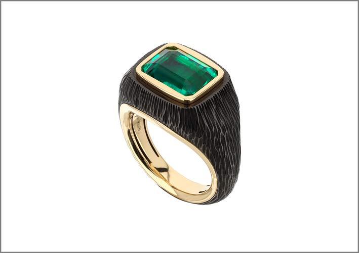 Anello con oro brunito e graffiato, con al centro uno smeraldo