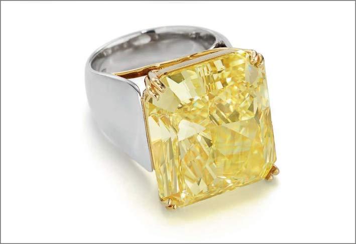 Anello con diamanti fancy intense con taglio rettangolare