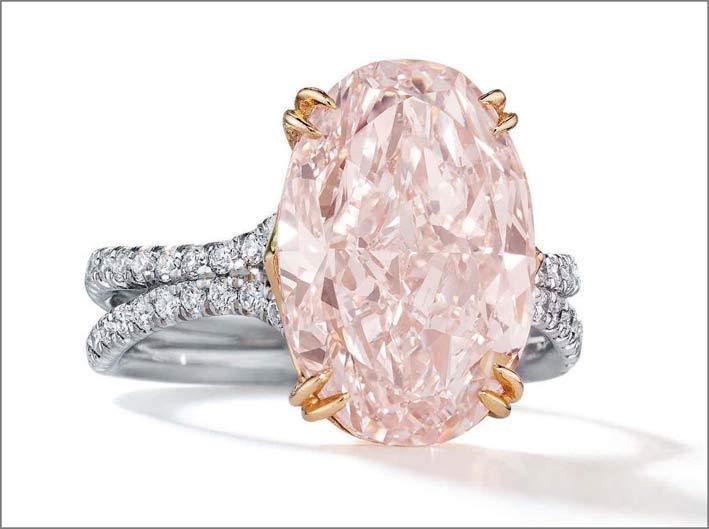 Anello in platino e oro bianco con diamante rosa  taglio ovale di 6,11 carati