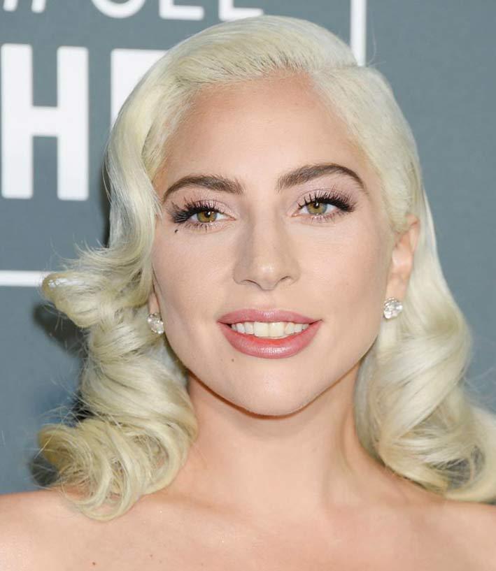 Lady Gaga con orecchini di diamanti by Djula