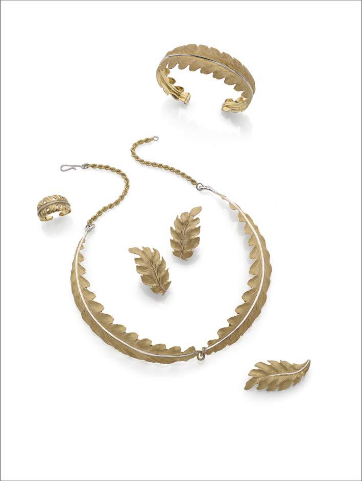 Parure firmata Gianmaria Buccellati composta di collana, anello, orecchini, bracciale e spilla, in oro giallo e bianco 18 carati modellato a foglia
