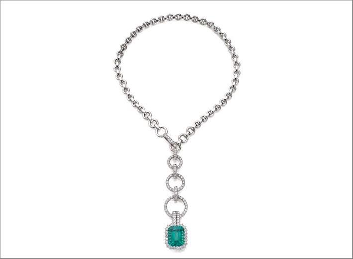 Pendente con smeraldo colombiano del peso di circa 16 ct montato su collana in oro bianco 18 carati con diamanti taglio brillante del peso totale di circa 6,10 carati. Lunghezza collana 44 cm (chiusura  regolabile)