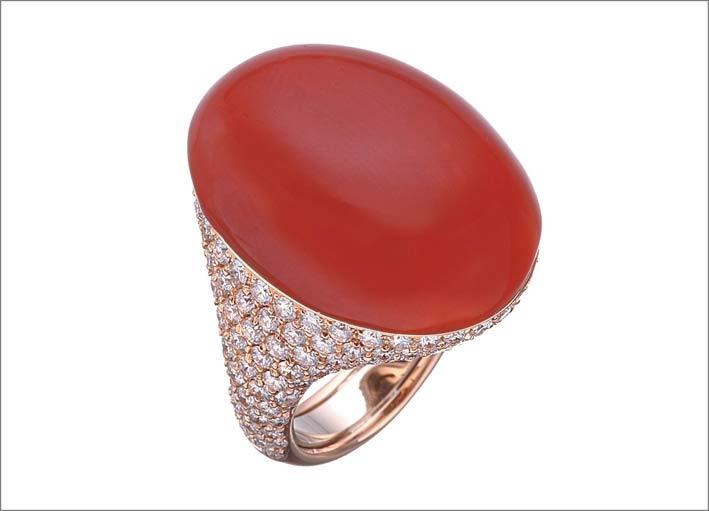 Anello in oro rosa, diamanti e corallo rosso