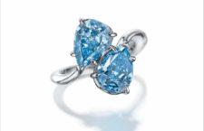 Anello con due diamanti vivid blu del peso di 3,06 e 2,61 carati