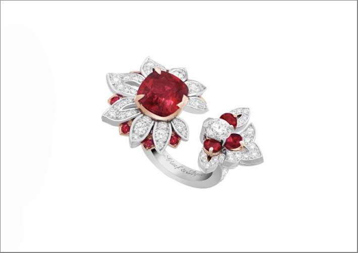 Anello in oro bianco, diamanti marquise, rubino taglio cuscino