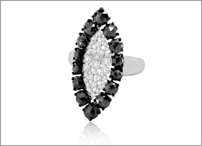 Anello con diamanti bianchi e neri