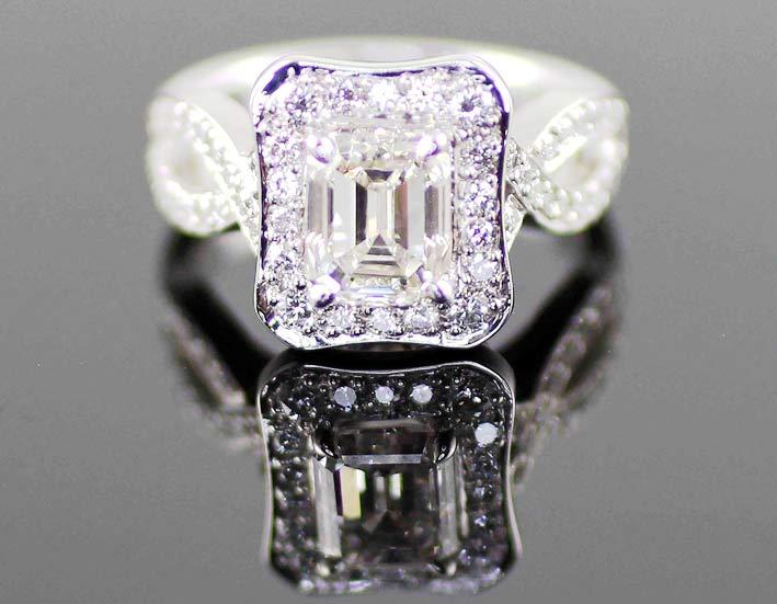 Anello con diamante taglio smeraldo