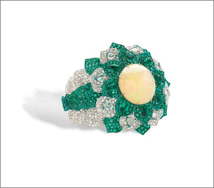 Anello con diamanti, smeraldi e opale al centro